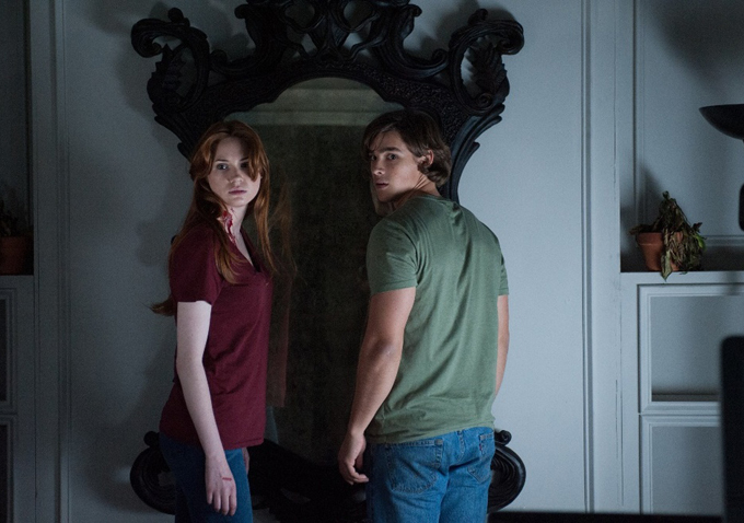 First Premiering At The 2013 Toronto Film Festival Oculus Is A Horror Flick About Two Siblings Who Are Still Reeling Over Mysterious Death Of Their