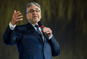Howard Shore Receiving the Vision Award