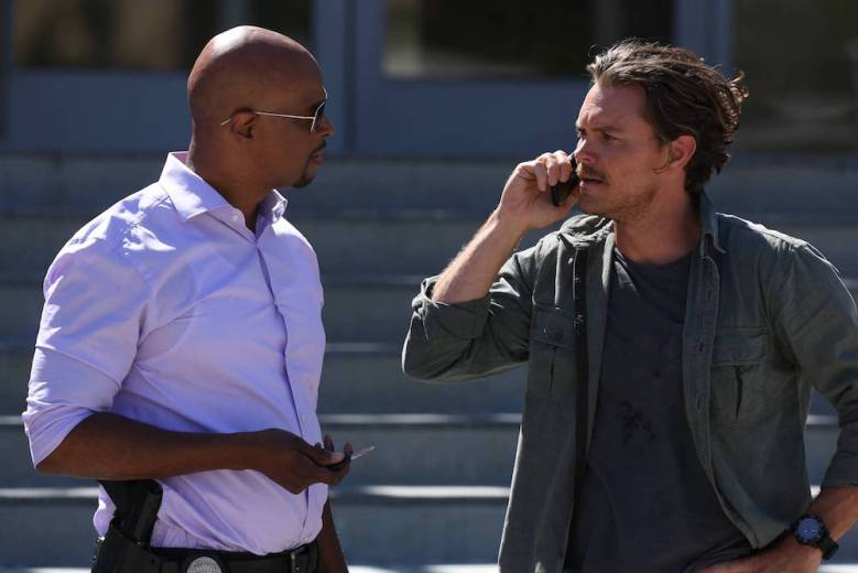 """LETHAL WEAPON: Pictured L-R: Damon Wayans and Clayne Crawford in the """"Surf n Turf"""" episode of LETHAL WEAPON airing Wednesday, Sept. 28 (8:00-9:00 PM ET/PT) on FOX. ©2016 Fox Broadcasting Co"""