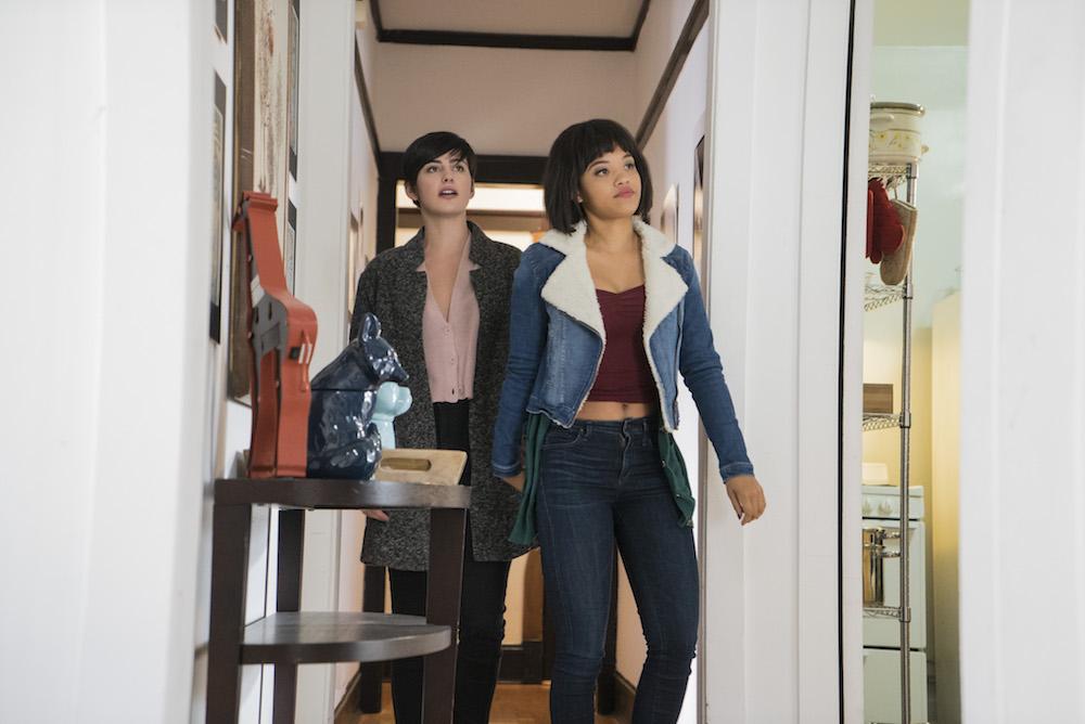 Easy Netflix Jacqueline Toboni & Kiersey Clemons