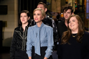 """SATURDAY NIGHT LIVE -- """"Kristen Wiig"""" Episode 1711 -- Pictured: (l-r) Romy Madley Croft, Oliver Sim, and Jamie xx of musical guest The xx pose with host Kristen Wiig and Aidy Bryant on November 17, 2016 -- (Photo by: Rosalind O'Connor/NBC)"""