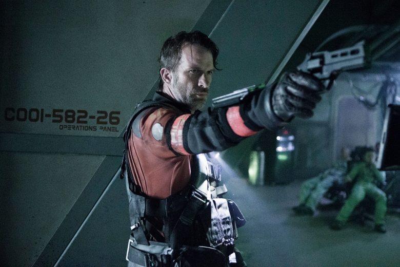 "THE EXPANSE -- ""Doors & Corners"" Episode 202 -- Pictured: Thomas Jane as Detective Joe Miller -- (Photo by: Rafy/Syfy)"