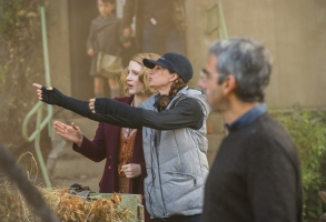 4101_D006_02496_R(ctr l-r) Jessica Chastain and director Niki Caro work out a scene on the set of THE ZOOKEEPER'S WIFE, a Focus Features release.Credit: Anne Marie Fox / Focus Features