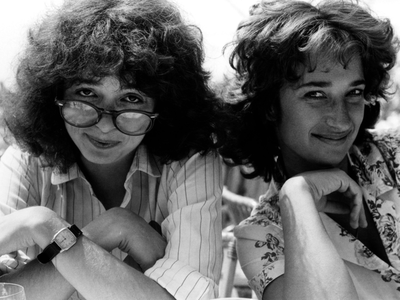 GIRLFRIENDS, Melanie Mayron with director Claudia Weill, 1978, (c) Warner Brothers / Courtesy: Everett Collection