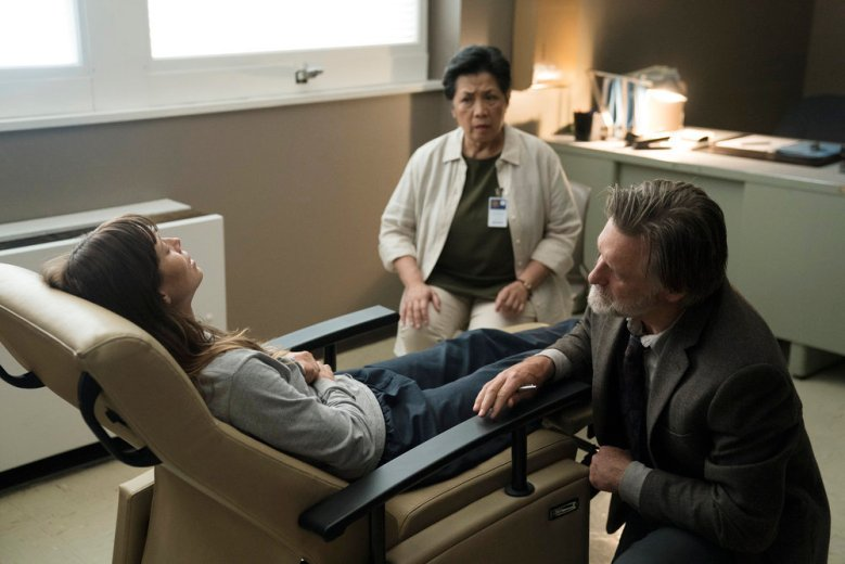 "THE SINNER -- ""Part IV"" Episode 104 -- Pictured: (l-r) Jessica Biel as Cora Tannetti, Bill Pullman as Detective Harry Ambrose -- (Photo by: Peter Kramer/USA Network)"