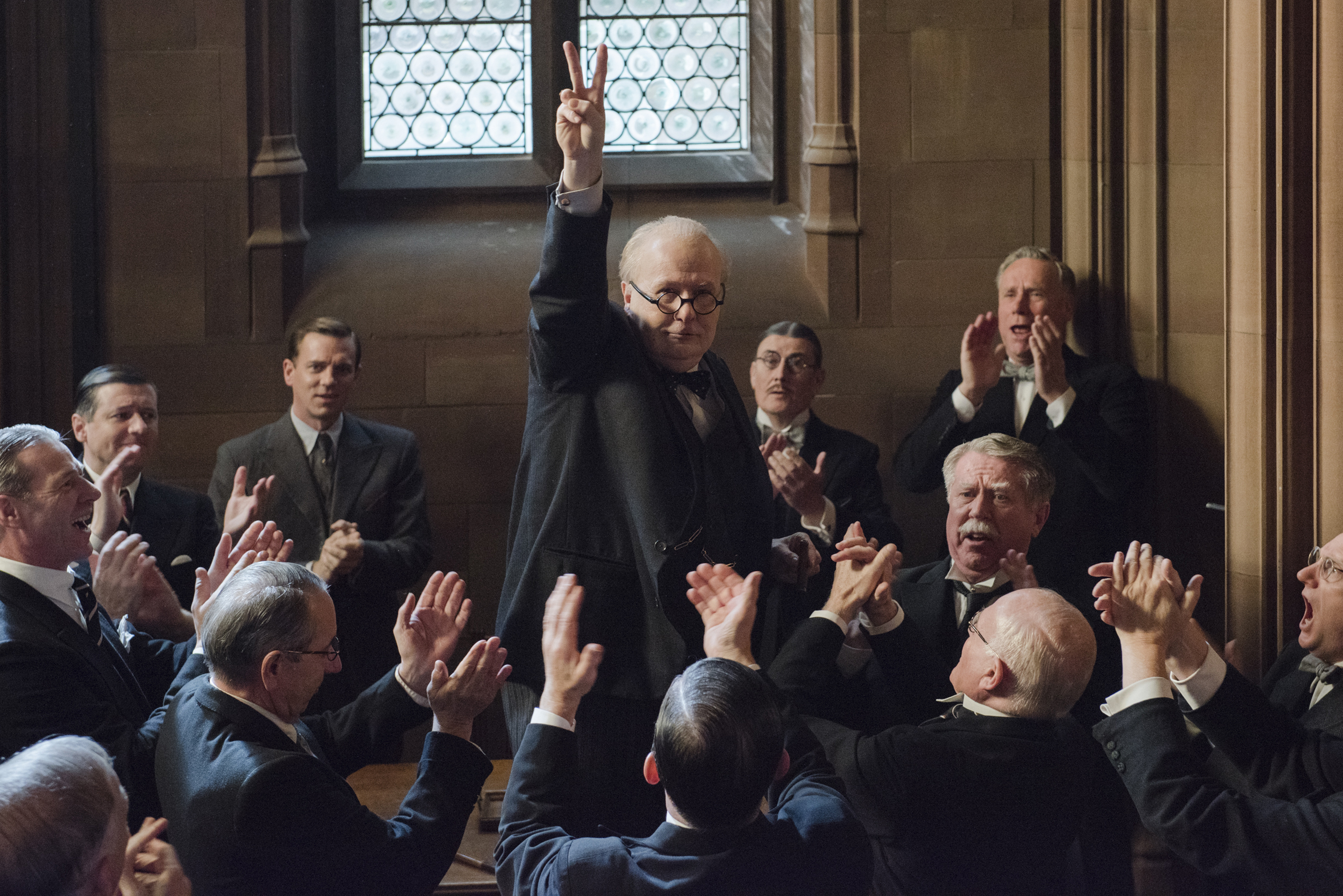 4106_D013_00374_CROP(ctr) Gary Oldman stars as Winston Churchill in director Joe Wright's DARKEST HOUR, a Focus Features release.Credit: Jack English / Focus Features