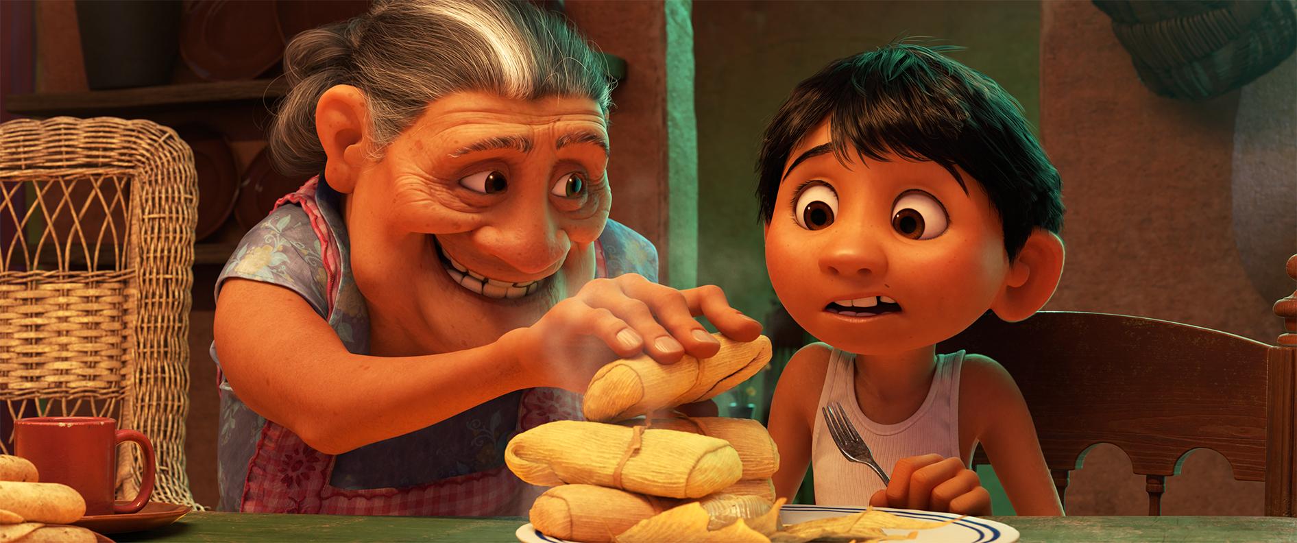"""DAHA FAZLA TAMALES - Disney'de • Pixar'ın """"Coco"""", Miguel'in sevgi dolu büyükannesi Abuelita, Mamá Imelda'nın iki kuşak önce yaptığı gibi Rivera evini yönetiyor.  Felsefeleri basittir: Ayakkabıcılık işinde aile içinde çalışın, daha fazla tamales yiyin ve en önemlisi """"Müzik yok!""""  Abuelita olarak Renée Victor ve Miguel olarak Anthony Gonzalez'in sesleriyle Disney, Pixar'ın """"Coco"""" adlı filmi 22 Kasım 2017'de ABD tiyatrolarında açılıyor. © 2017 Disney • Pixar.  Tüm hakları Saklıdır."""