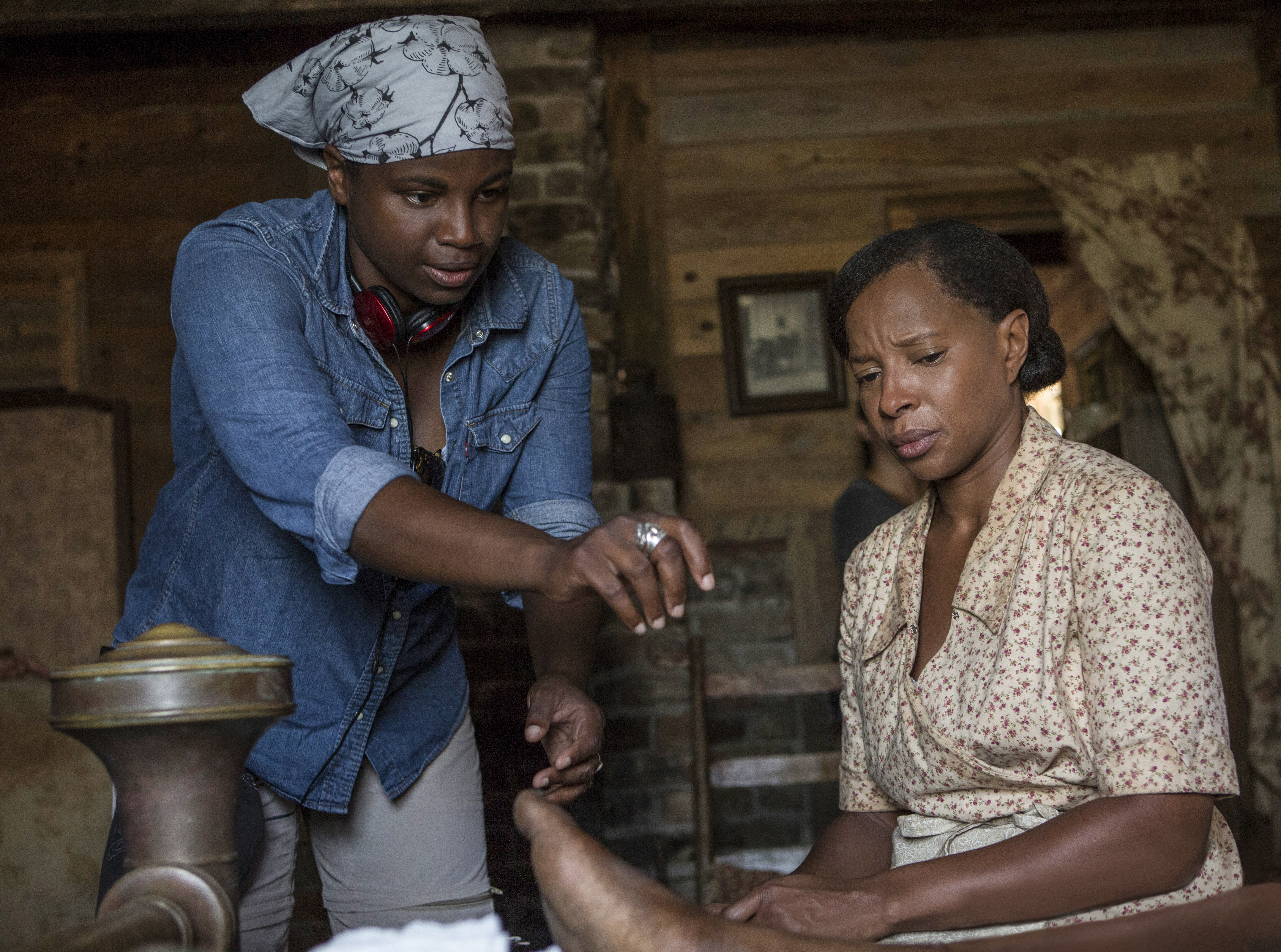 """Dee Rees directs Mary J. Blige on the set of """"Mudbound"""""""