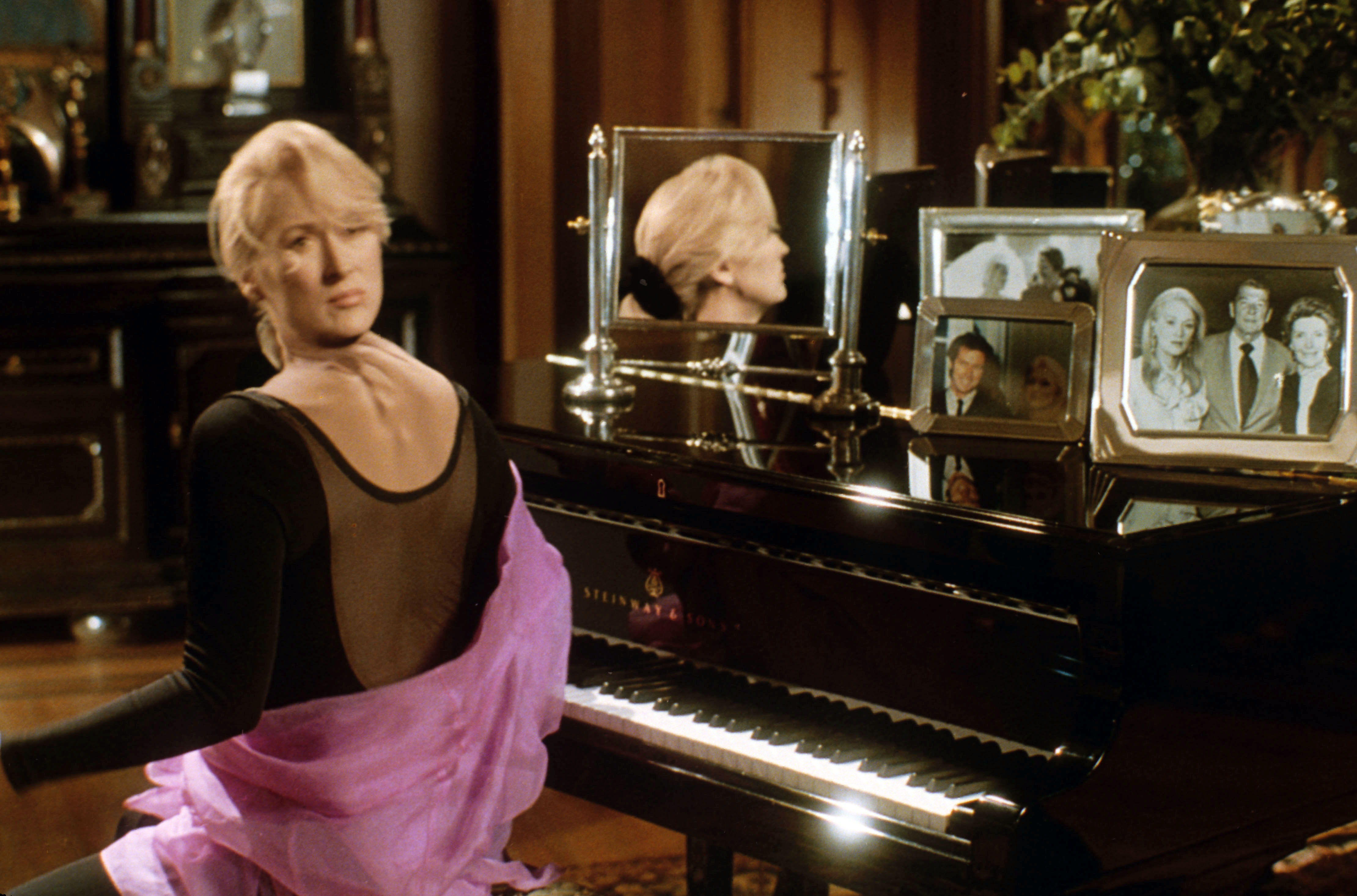 No Merchandising. Editorial Use Only. No Book Cover Usage.Mandatory Credit: Photo by Universal/Kobal/REX/Shutterstock (5882059a) Meryl Streep Death Becomes Her - 1992 Director: Robert Zemeckis Universal USA Scene Still Comedy La Mort vous va si bien
