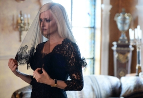 THE ASSASSINATION OF GIANNI VERSACE: AMERICAN CRIME STORY -- Pictured: Penelope Cruz as Donatella Versace. CR: Jeff Daly/FX