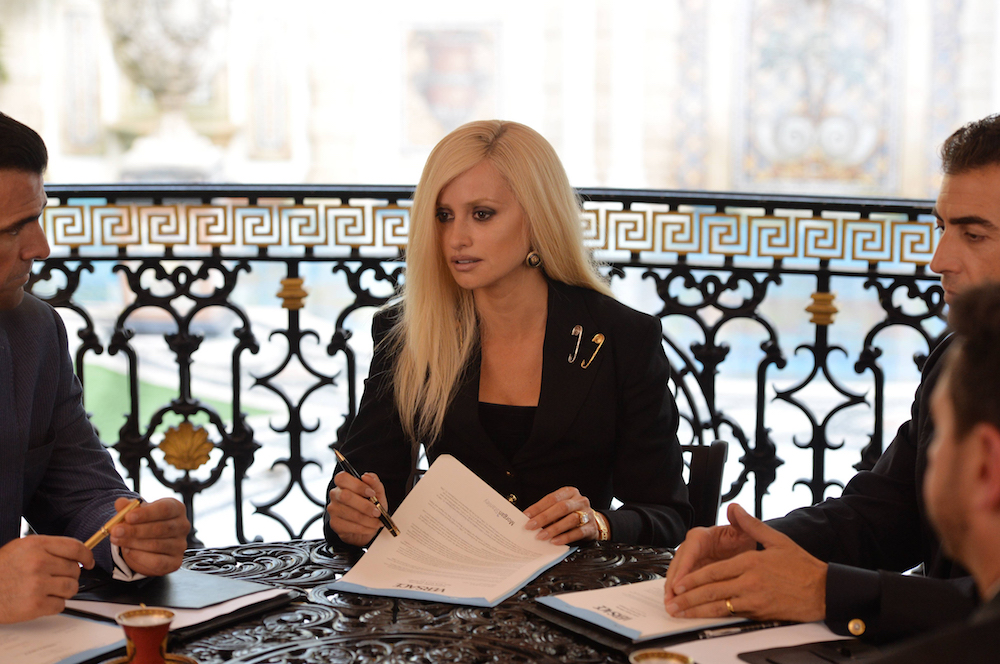 "THE ASSASSINATION OF GIANNI VERSACE: AMERICAN CRIME STORY ""The Man Who Would Be Vogue"" Episode 1 (Airs Wednesday. January 17, 10:00 p.m. e/p) -- Pictured: Penelope Cruz as Donatella Versace. CR: Jeff Daly/FX"