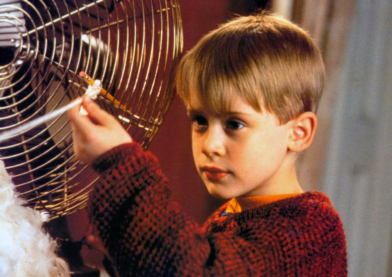 No Merchandising. Editorial Use Only. No Book Cover Usage.Mandatory Credit: Photo by 20th Century Fox/Kobal/REX/Shutterstock (5884224i)Macaulay CulkinHome Alone - 1990Director: Chris Columbus20th Century FoxUSAScene StillComedyMaman, j'ai raté l'avion