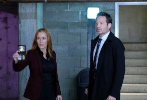 """THE X-FILES:  L-R:  Gillian Anderson and David Duchovny in the """"The Lost Art Of Forehead Sweat"""" episode of THE X-FILES airing Wednesday, Jan. 24 (8:00-9:00 PM ET/PT) on FOX.  ©2017 Fox Broadcasting Co.  Cr:  Shane Harvey/FOX"""