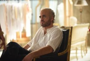 """THE ASSASSINATION OF GIANNI VERSACE: AMERICAN CRIME STORY """"Don't Ask Don't Tell"""" Episode 5 (Airs Wednesday, February 14, 10:00 p.m. e/p) -- Pictured: Edgar Ramirez as Gianni Versace. CR: Ray Mickshaw/FX"""