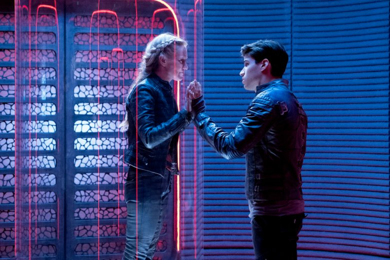 "KRYPTON -- ""Pilot"" Episode 101 -- Pictured: (l-r) Paula Malcomson as Charys-El, Cameron Cuffe as Seg-El -- (Photo by: Steffan Hill/Syfy)"