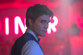 """Riverdale -- """"Chapter Twenty-Five: The Wicked and the Divine"""" -- Image Number: RVD212b_0370.jpg -- Pictured: KJ Apa as Archie -- Photo: Katie Yu/The CW -- © 2018 The CW Network, LLC. All rights reserved."""
