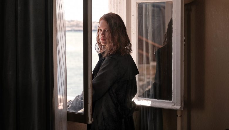 TRANSIT by CHRISTIAN PETZOLDParis. Georg (Franz Rogowski) kann im letzten Moment seiner Verhaftung entgehen und gerät an die Papiere des toten Schriftstellers Weidel, dessen Identität er annimmt. Er flüchtet nach Südfrankreich, in der Hoffnung, dort auf politische Gesinnungsgenossen zu treffen. In Marseille lernt er Marie Weidel (Paula Beer) kennen, die dort seit Wochen auf ihren Mann wartet, nicht wissend, dass er nie wieder kommen wird. Die beiden Verlorenen beginnen eine leidenschaftliche Affäre. Aber für Marie steht im Gegensatz zu Georg fest: Sie will weg aus Marseille und in Südamerika ein neues Leben beginnen. Der Tag der Abfahrt des Schiffs naht, und Marie gibt die Hoffnung nicht auf, ihren Mann noch zu treffen. Von Minute zu Minute spitzt sich die politische Situation in Marseille weiter zu. Paul könnte den Platz von Maries Mann einnehmen, doch er zögert.Die Verwendung dieses Bildes ist für redaktionelle Zwecke honorarfrei. Veröffentlichung bitte unter Quellenangabe: CHRISTIAN SCHULZ / Schrammfilm www.cs-christianschulz.de