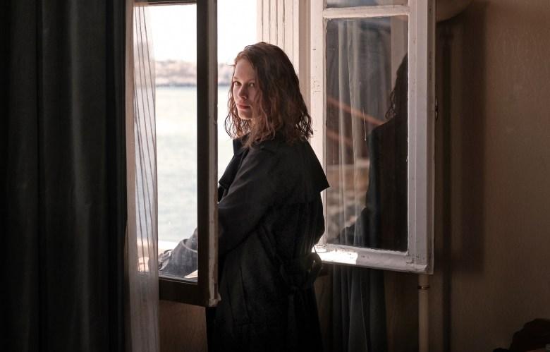 TRANSIT by CHRISTIAN PETZOLDParis. Georg (Franz Rogowski) kann im letzten Moment seiner Verhaftung entgehen und gerät an die Papiere des toten Schriftstellers Weidel, dessen Identität er annimmt. Er flüchtet nach Südfrankreich, in der Hoffnung, dort auf politische Gesinnungsgenossen zu treffen. In Marseille lernt er Marie Weidel (Paula Beer) kennen, die dort seit Wochen auf ihren Mann wartet, nicht wissend, dass er nie wieder kommen wird. Die beiden Verlorenen beginnen eine leidenschaftliche Affäre. Aber für Marie steht im Gegensatz zu Georg fest: Sie will weg aus Marseille und in Südamerika ein neues Leben beginnen. Der Tag der Abfahrt des Schiffs naht, und Marie gibt die Hoffnung nicht auf, ihren Mann noch zu treffen. Von Minute zu Minute spitzt sich die politische Situation in Marseille weiter zu. Paul könnte den Platz von Maries Mann einnehmen, doch er zögert. Die Verwendung dieses Bildes ist für redaktionelle Zwecke honorarfrei. Veröffentlichung bitte unter Quellenangabe: CHRISTIAN SCHULZ / Schrammfilm www.cs-christianschulz.de