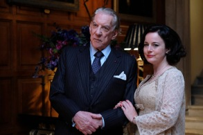 """TRUST -- """"The House of Getty"""" -- Episode 1 (Airs Sunday, March 25, 10:00 p.m.) Pictured: (l-r) Donald Sutherland as J. Paul Getty, Sr., Amanda Drew as Belinda. CR: Oliver Upton/FX"""
