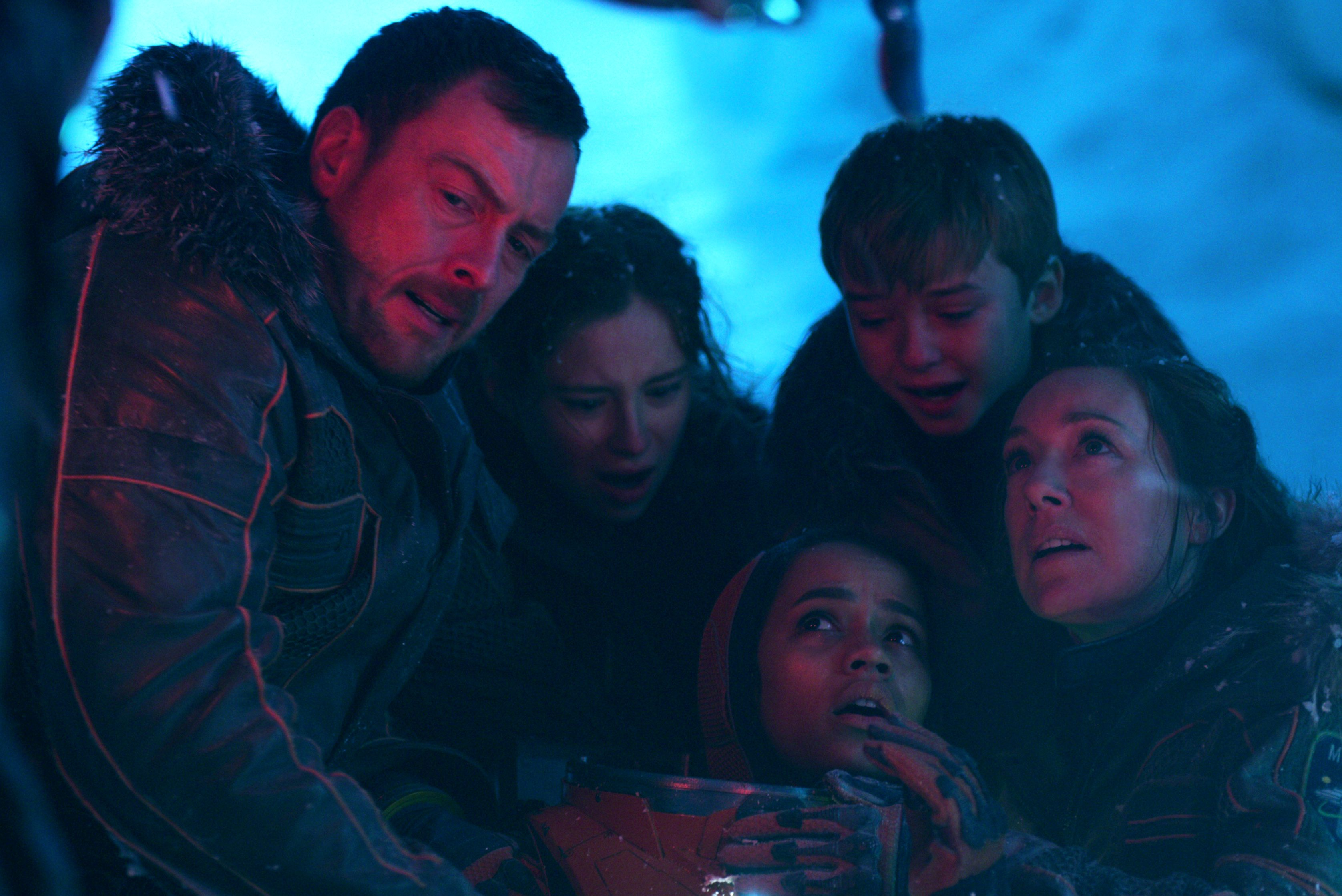 lost in space cast and creators on making a relatable modern family rh indiewire com