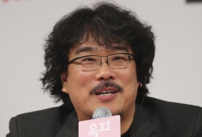 """Copyright 2017 The Associated Press. All rights reserved. This material may not be published, broadcast, rewritten or redistributed without permission.Mandatory Credit: Photo by AP/REX/Shutterstock (8866695a)South Korean director Bong Joon-ho answers a reporter's question during the press conference for his latest film """"Okja"""" in Seoul, South KoreaFilm Okja, Seoul, South Korea - 14 Jun 2017"""