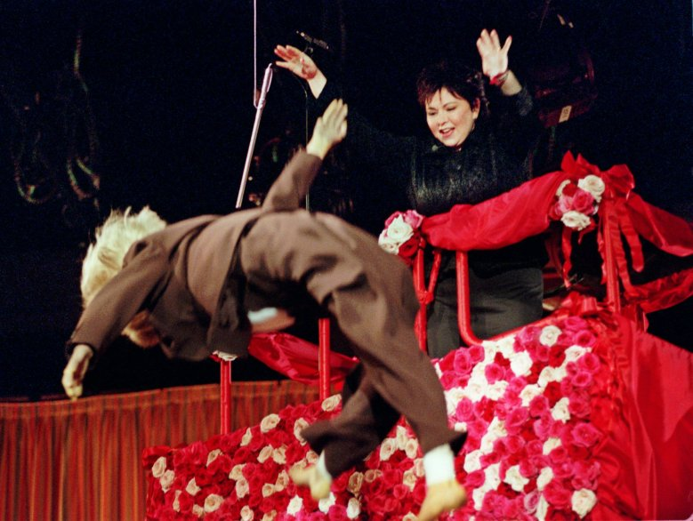 "ROSEANNE Roseanne throws a dummy, made up as Linda Tripp, to the audience while riding on a cherry picker adorned with roses during the first taping of her new talk show ""Roseanne"", in Los Angeles. Earlier, Roseanne and actress Nora Dunn performed a skit with Dunn playing the part of Tripp. The show's scheduled premier is Monday, Sept. 14ROSEANNE, LOS ANGELES, USA"