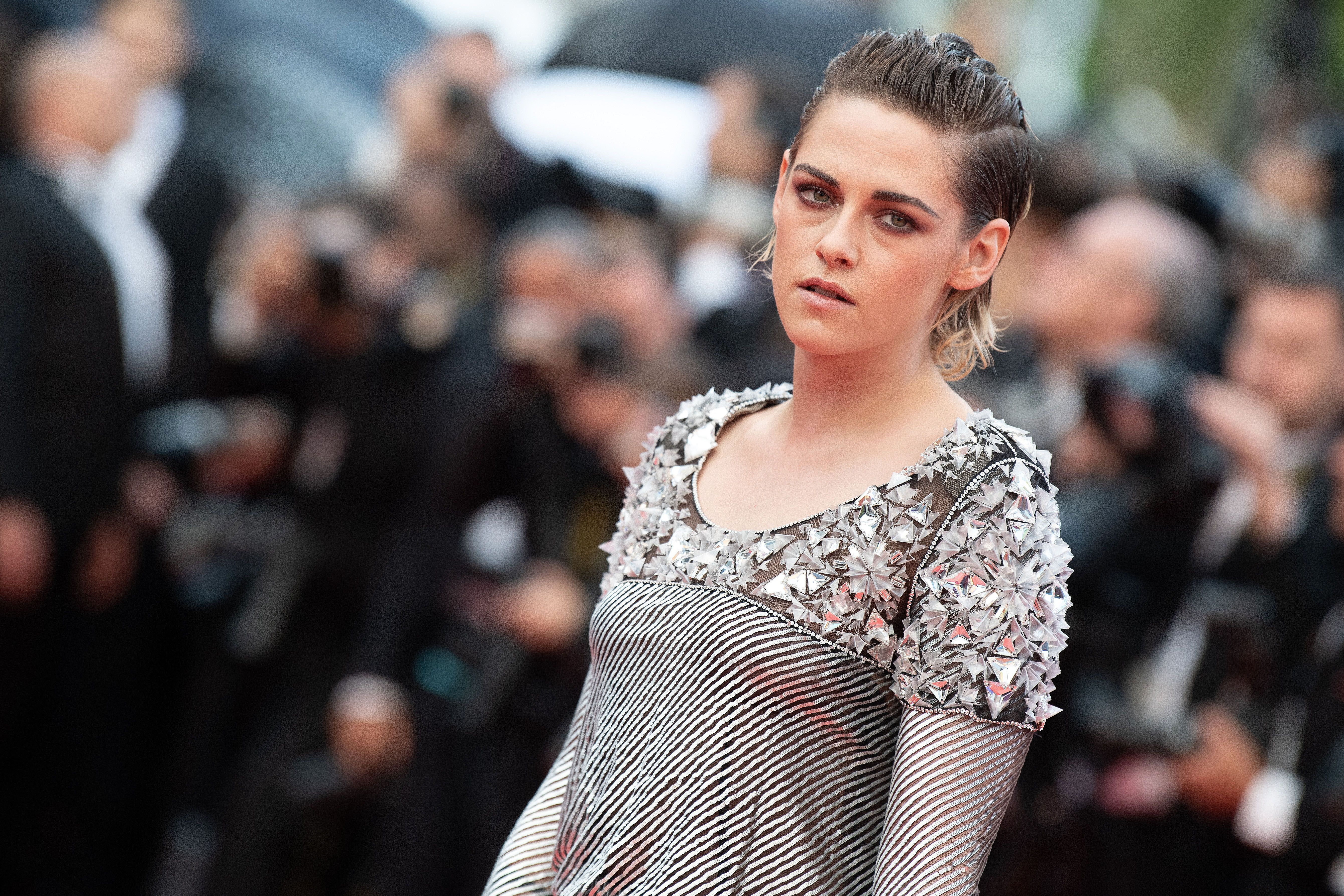 Cannes: Kristen Stewart Goes Barefoot in Apparent Red ...