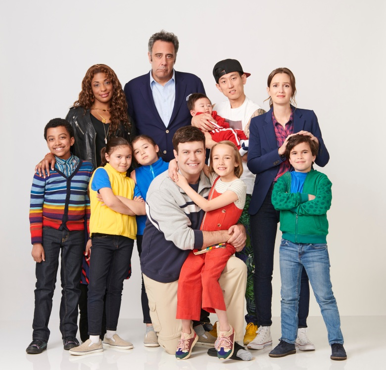 "SINGLE PARENTS - ABC's ""Single Parents"" stars Devin Trey Campbell as Rory, Kimrie Lewis as Poppy, Sadie Hazelett as Amy, Grace Hazelett as Emma, Brad Garrett as Douglas, Taran Killam as Will Cooper, Marlow Barkley as Sophie, Jake Choi as Miggy, Leighton Meester as Angie, and Tyler Wladis as Graham. (ABC/Ed Herrera)"