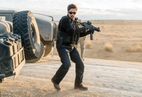 Alejandro (Benicio Del Toro) opens fire on the Mexican police ambushing the humvee convoy.