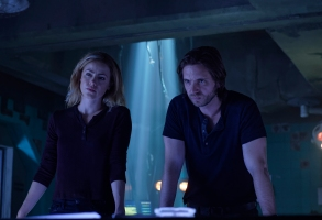 """12 MONKEYS -- """"The Beginning Part I"""" Episode 410 -- Pictured: (l-r) Amanda Schull as Cassandra Railly, Aaron Stanford as James Cole -- (Photo by: Ben Mark Holzbert/Syfy)"""