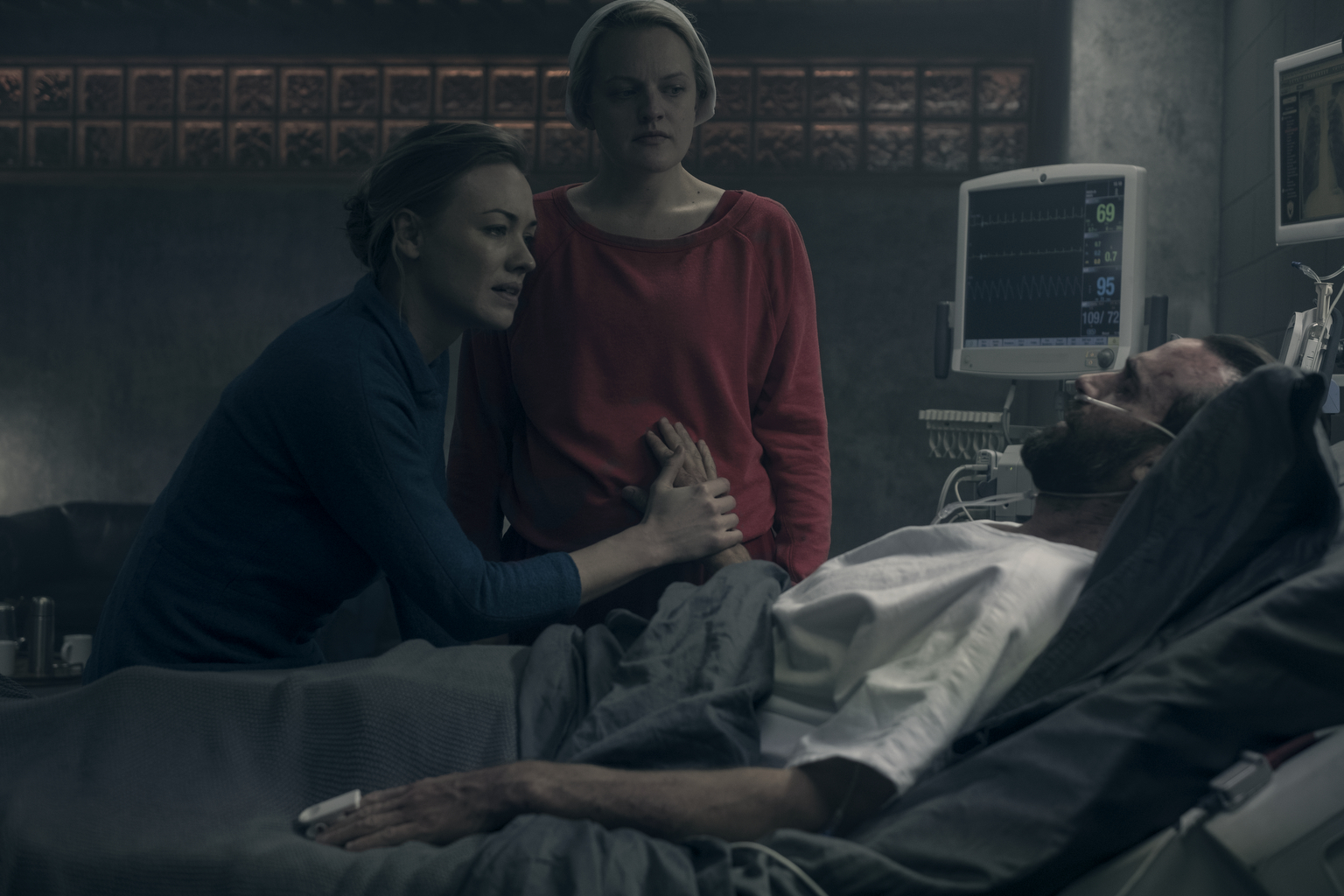 "The Handmaid's Tale --""After"" - Episode 207 -- An attack sends shockwaves through both Gilead and Little America. Serena Joy makes a dangerous choice in order to protect her family. Moira searches for someone from her past. Serena Joy (Yvonne Strahovski) from left, Offred (Elisabeth Moss) and Commander Waterford (Joseph Fiennes), shown. (Photo by: George Kraychyk/Hulu)"