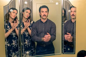 """THIS IS US -- """"Vegas, Baby"""" Episode 216 -- Pictured: (l-r) Mandy Moore as Rebecca, Milo Ventimiglia as Jack -- (Photo by: Ron Batzdorff/NBC)"""
