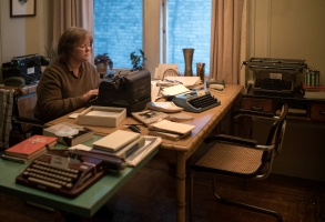 """Melissa McCarthy as """"Lee Israel"""" in the film CAN YOU EVER FORGIVE ME? Photo by Mary Cybulski. © 2018 Twentieth Century Fox Film Corporation All Rights Reserved"""