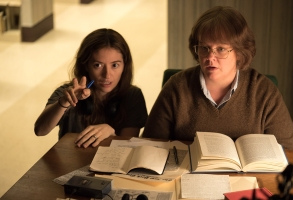 Director Marielle Heller and Melissa McCarthy on the set of CAN YOU EVER FORGIVE ME? Photo by Mary Cybulski. © 2018 Twentieth Century Fox Film Corporation All Rights Reserved