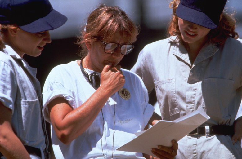 Editorial use only. No book cover usage.Mandatory Credit: Photo by John Biever/Columbia/Kobal/REX/Shutterstock (5882562d)Lori Petty, Penny Marshall, Geena DavisA League Of Their Own - 1992Director: Penny MarshallColumbiaUSAOn/Off SetComedyUne équipe hors du commun