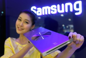 A Model Shows Off Samsung Electronics Co 'S New Blu-ray Player on 28 December 2010 Just 23 Millimeters Thick the Player is the World's Thinnest Korea, Republic of SeoulSouth Korea Economy Blu-ray - Dec 2010