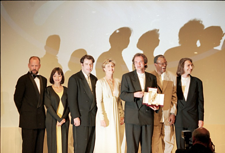 "Turner Willis de Medeiros Travol Actress Kathleen Turner, at center, poses with cast and crew members of the film ""Pulp Fiction"" at the 47th Cannes Film Festival in France, . From left to right: actor Bruce Willis; actress Maria de Medeiros; actor John Travolta; Turner; director Quentin Tarantino; actor Samuel L. Jackson; and producer Lawrence BenderCANNES PULP FICTION 1994, CANNES, France"