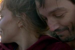 'Wander Darkly' Review: Sienna Miller Grounds an Unwieldy Dark Spin on 'Eternal Sunshine'