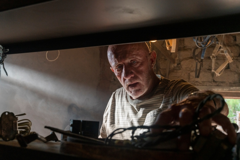 Jonathan Banks as Mike Ehrmantraut - Better Call Saul _ Season 5, Episode 5 - Photo Credit: Greg Lewis/AMC/Sony Pictures Television