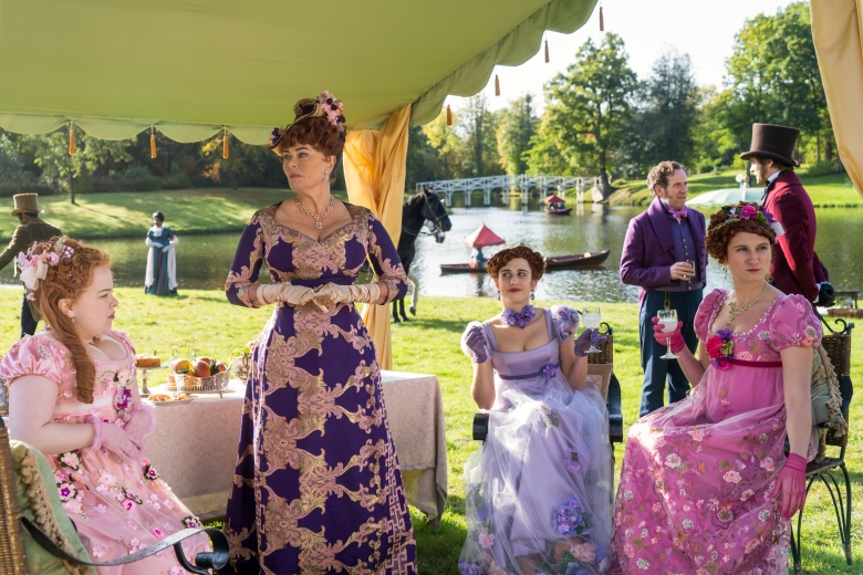 BRIDGERTON (L to R) NICOLA COUGHLAN as PENELOPE FEATHERINGTON, POLLY WALKER as PORTIA FEATHERINGTON, HARRIET CAINS as PHILLIPA FEATHERINGTON, BEN MILLER as LORD FEATHERINGTON and BESSIE CARTER as PRUDENCE FEATHERINGTON in episode 102 of BRIDGERTON Cr. LIAM DANIEL/NETFLIX © 2020