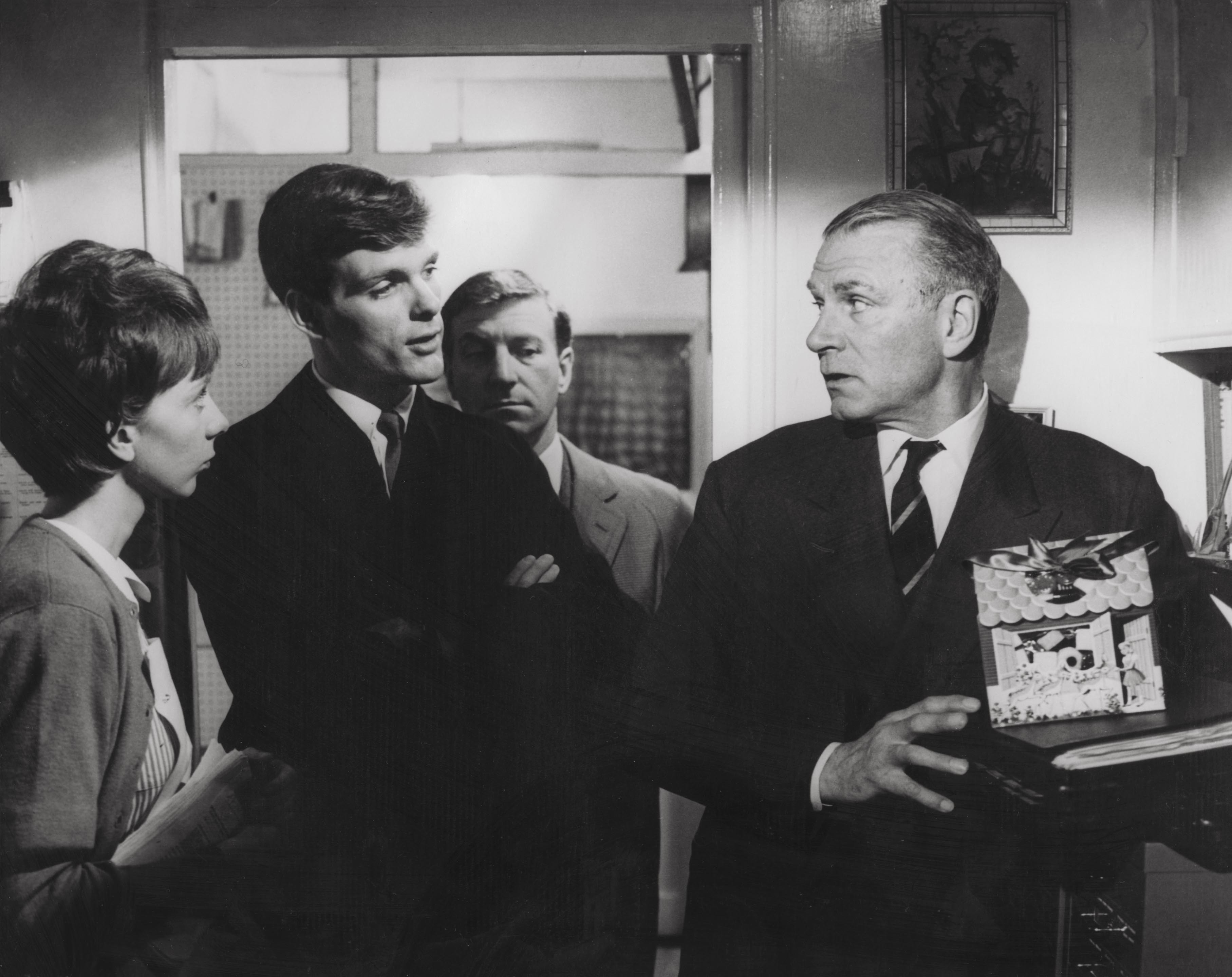 Editorial use only. No book cover usage.Mandatory Credit: Photo by Columbia/Kobal/Shutterstock (5875457a) Anna Massey, Keir Dullea, Clive Revill, Laurence Olivier Bunny Lake Is Missing - 1965 Director: Otto Preminger Columbia BRITAIN Scene Still Drama Bunny Lake a disparu