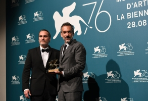 "6003089 07.09.2019 Joaquin Phoenix and Todd Phillips pose with the Golden Lion for Best Film Award for ""Joker"" during the Winners Photocall at the 76th annual Venice International Film Festival, in Venice, Italy. Ekaterina Chesnokova / Sputnik  via AP"