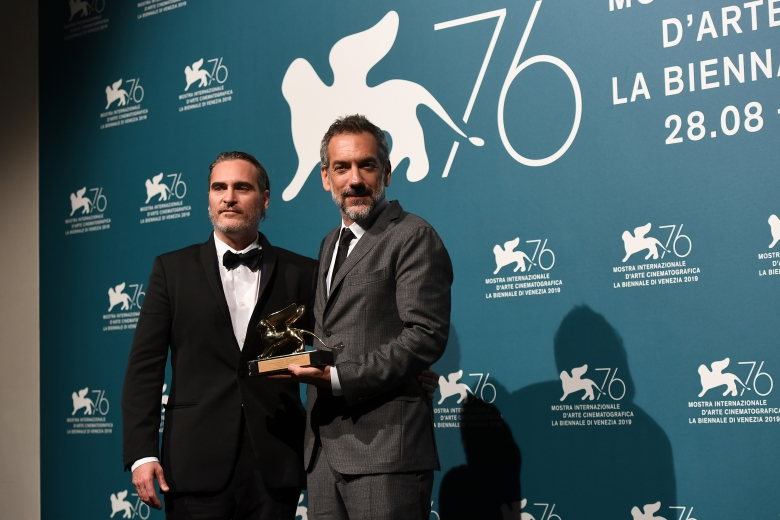 """6003089 07.09.2019 Joaquin Phoenix and Todd Phillips pose with the Golden Lion for Best Film Award for """"Joker"""" during the Winners Photocall at the 76th annual Venice International Film Festival, in Venice, Italy. Ekaterina Chesnokova / Sputnik  via AP"""