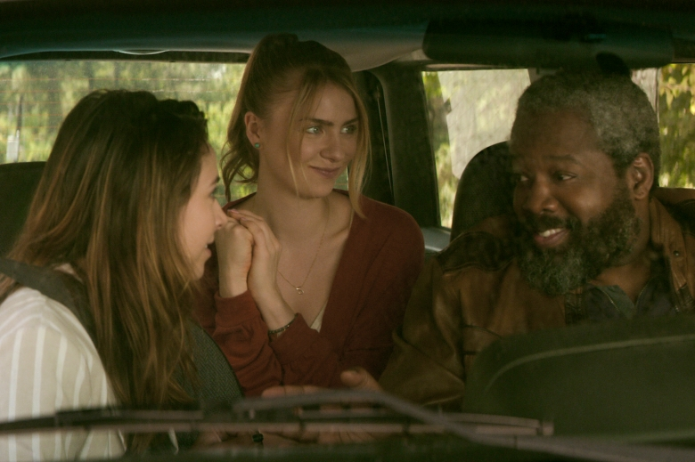 TEENAGE BOUNTY HUNTERS (L to R) ANJELICA BETTE FELLINI as BLAIR WESLEY, MADDIE PHILLIPS as STERLING WESLEY, and KADEEM HARDISON as BOWSER SIMMONS in episode 102 of TEENAGE BOUNTY HUNTERS Cr. Courtesy of Netflix © 2020