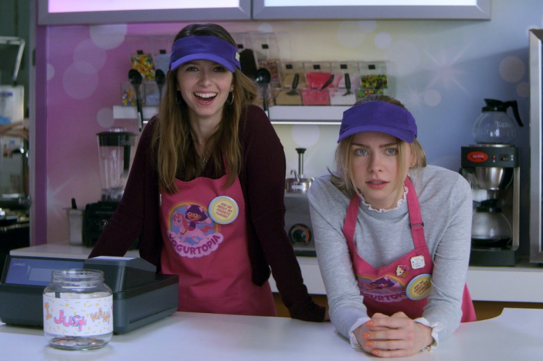 TEENAGE BOUNTY HUNTERS (L to R) ANJELICA BETTE FELLINI as BLAIR WESLEY and MADDIE PHILLIPS as STERLING WESLEY in episode 107 of TEENAGE BOUNTY HUNTERS Cr. Courtesy of Netflix © 2020