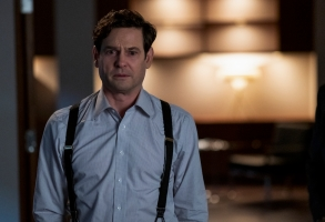 THE HAUNTING OF BLY MANOR (L to R) HENRY THOMAS as HENRY WINGRAVE in THE HAUNTING OF BLY MANOR Cr. EIKE SCHROTER/NETFLIX © 2020