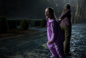THE HAUNTING OF BLY MANOR (L to R) AMELIE SMITH as FLORA in THE HAUNTING OF BLY MANOR Cr. EIKE SCHROTER/NETFLIX © 2020