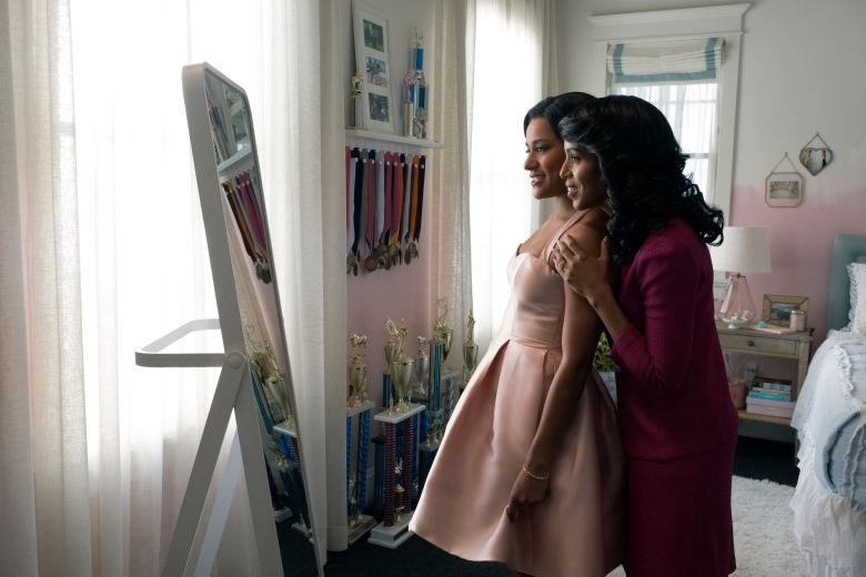 THE PROM (L to R) ARIANA DEBOSE as ALYSSA GREENE, KERRY WASHINGTON as MRS. GREENE in THE PROM. Cr. MELINDA SUE GORDON/NETFLIX © 2020