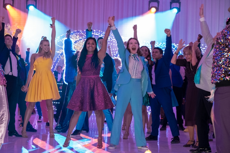 THE PROM (L to R) NICO GREETHAM as NICK, LOGAN RILEY HASSEL as KAYLEE, ARIANA DEBOSE as ALYSSA GREENE, ANDREW RANNELLS as TRENT OLIVER, JO ELLEN PELLMAN as EMMA, SOFIA DELER as SHELBY, NATHANIEL POTVIN as KEVIN, TRACEY ULLMAN as VERA, JAMES CORDEN as BARRY GLICKMAN in THE PROM. Cr. MELINDA SUE GORDON/NETFLIX © 2020