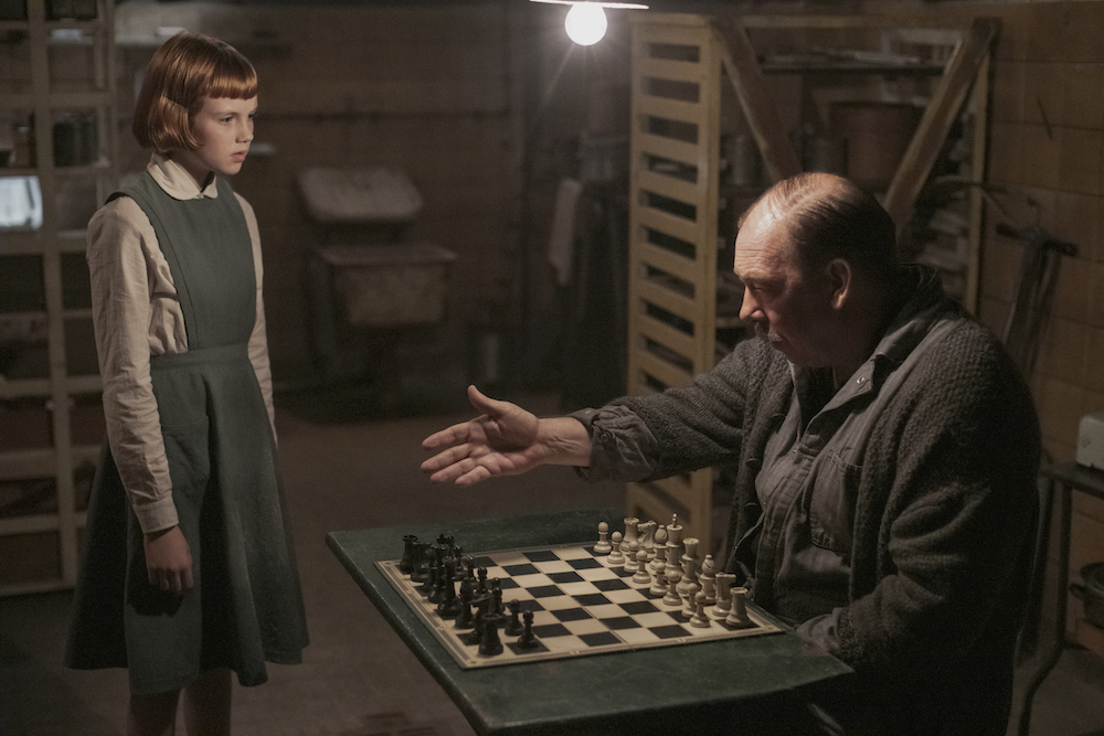 THE QUEEN'S GAMBIT (L to R) ISLA JOHNSTON as BETH (ORPHANAGE) and BILL CAMP as MR. SHAIBEL in episode 101 of THE QUEEN'S GAMBIT Cr. PHIL BRAY/NETFLIX © 2020